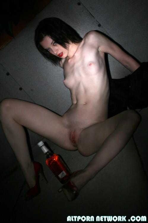 Девушку из Японии насилуют различными предметами ...